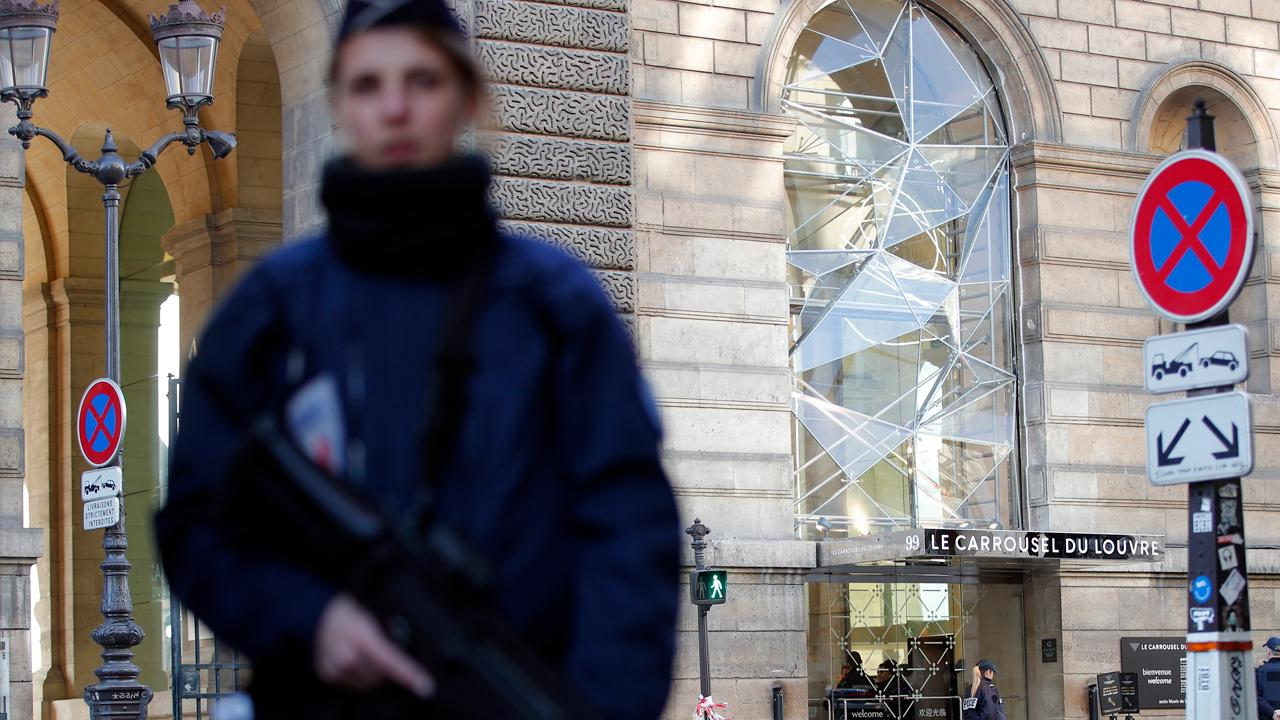 French soldier stops attack at the Louvre