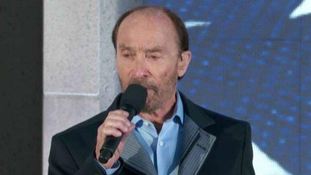 Lee Greenwood performs 'God Bless the USA'