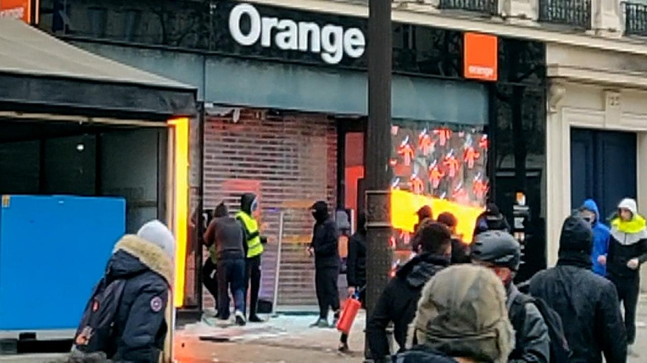 Looters seen breaking into store in Paris