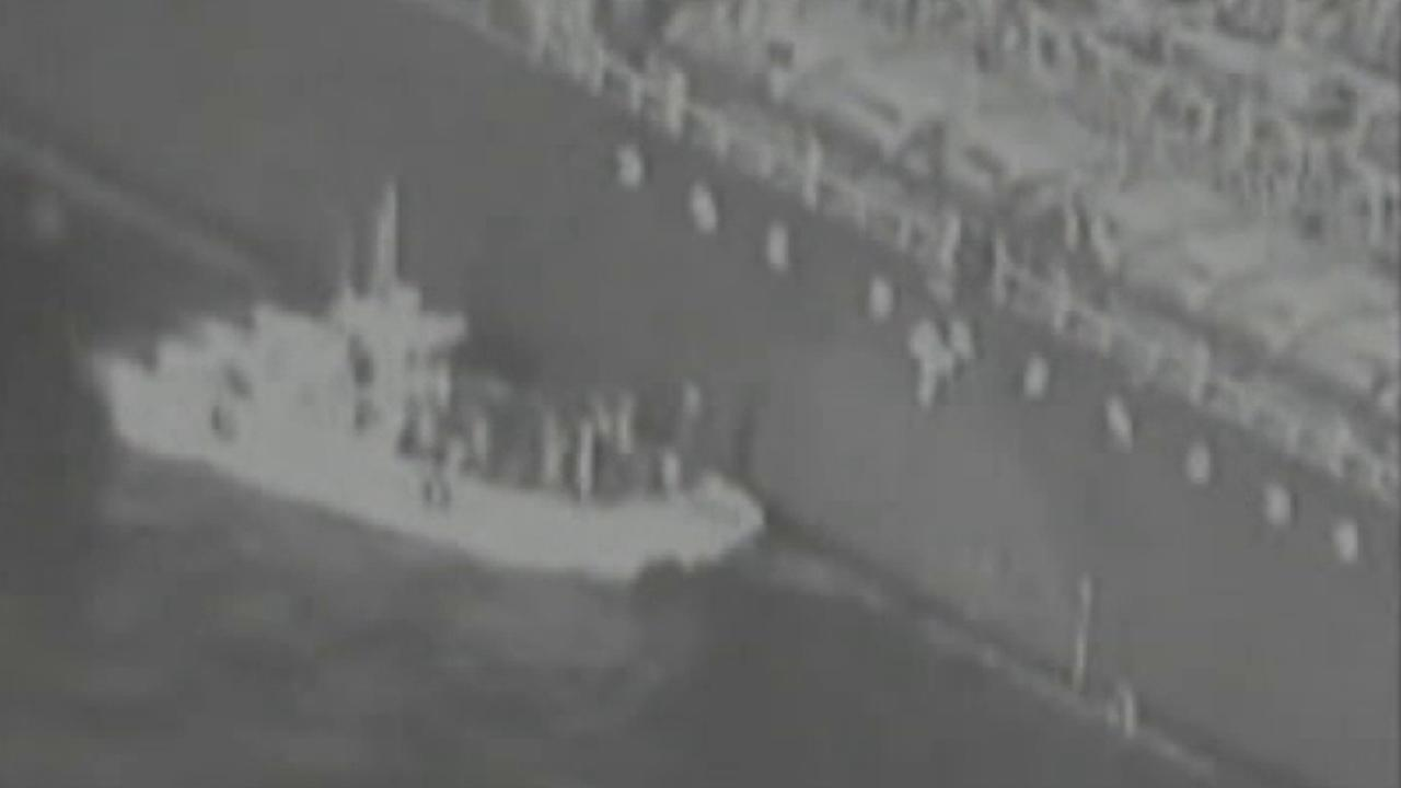 Raw video: Iranian vessel removes unexploded mine from stricken oil tanker