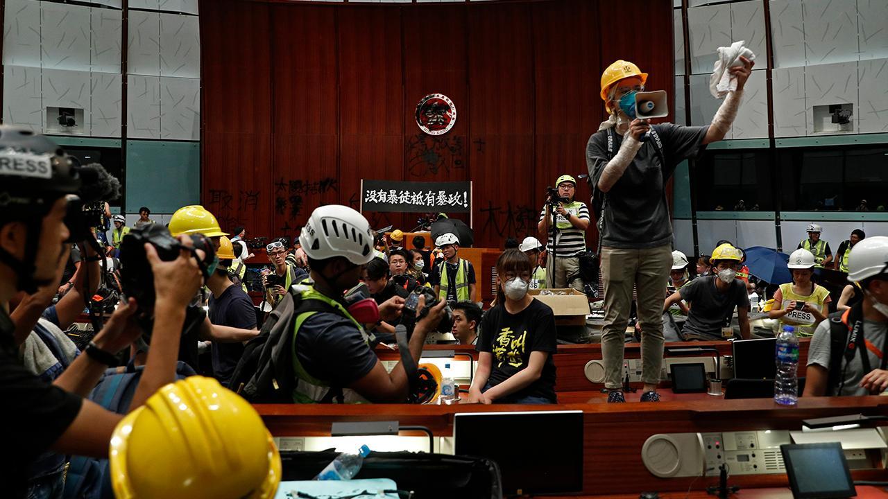 فعالان طرفدار دموکراسی در ساختمان هنگکنگ هنگ کنگ را طوفانی می کنند