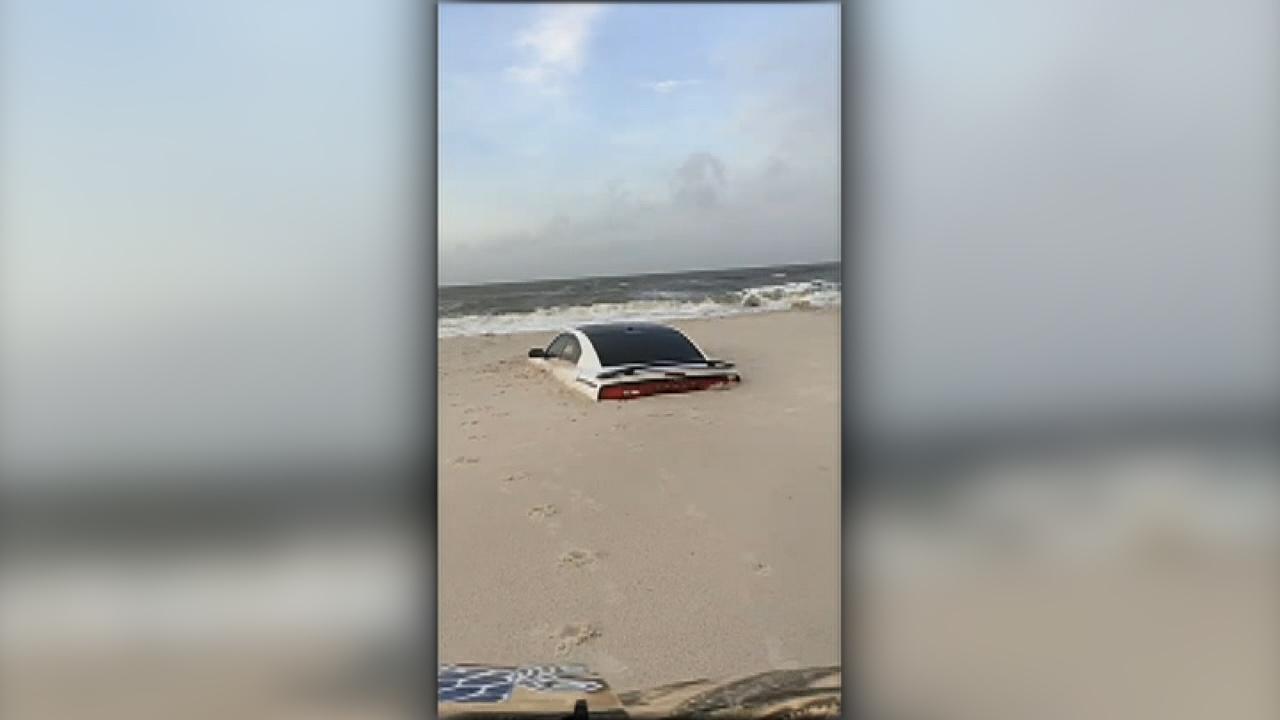 ماشین در روز سه شنبه در سیل آب گیر کرد