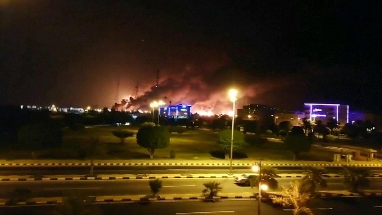 حمله هواپیماهای بدون سرنشین تأسیسات نفتی عربستان سعودی را آتش گرفته است