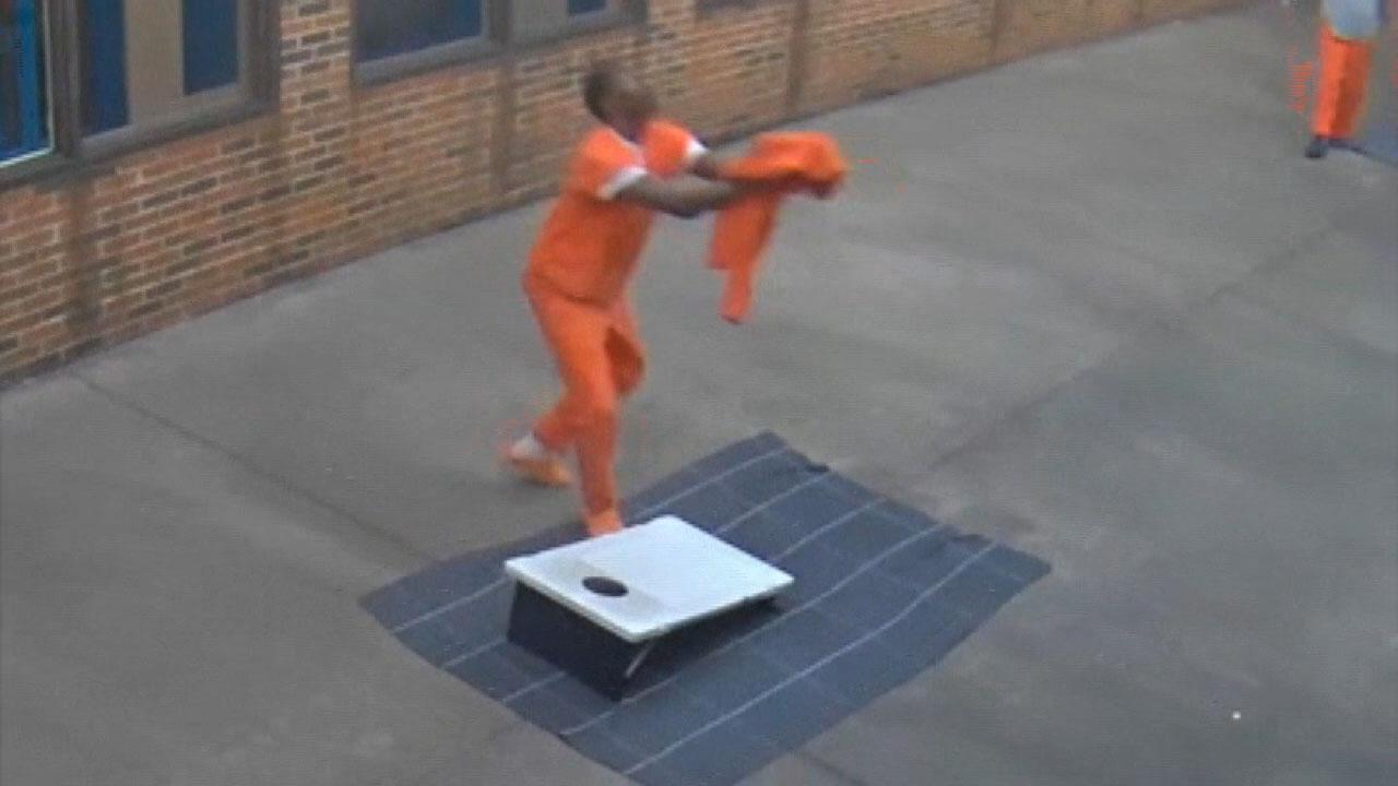 Ο γερουσιαστής Τομ Βαμβάκι: Λαθραία κινητά τηλέφωνα στις φυλακές είναι μια απειλή για το Κογκρέσο θα πρέπει να ενεργήσει