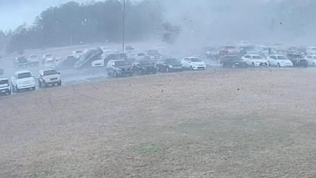 竜巻サウスカロライナ州転車で学校の駐車場、損害賠償70以上の車両