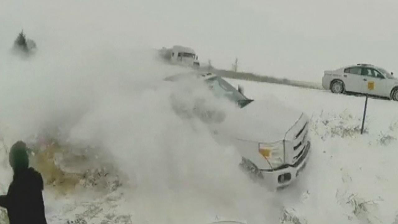 アイオワ州警察官の近くにヒットトラックとハイドロスタティックスライドオ州冬の嵐