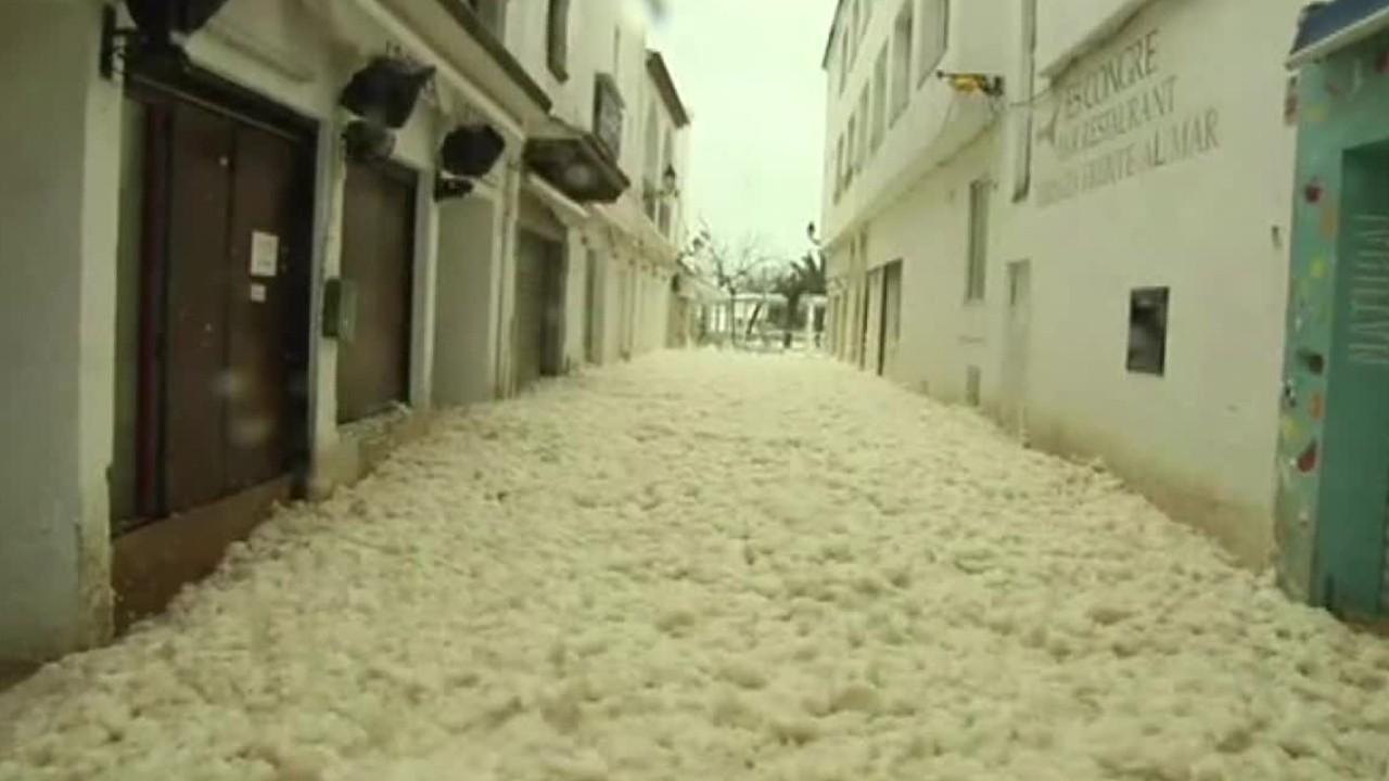 Meer Schaum Fluten Straßen der spanischen Stadt während der tödlichen Sturm